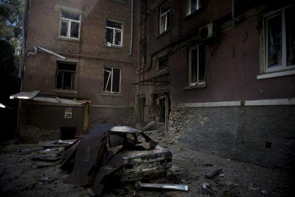 Автомобиль, загоревшийся в результате попадания снаряда во время артиллерийского обстрела Луганска украинскими силовиками.