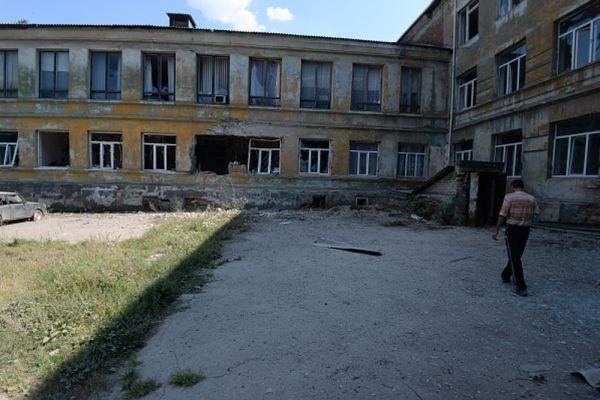 Здание поликлиники, пострадавшее от обстрела города украинской армией в Донецке.