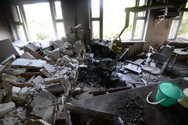 Стоматологическая поликлиника в центре Донецка, пострадавшая при артиллерийском обстреле города украинской армией.