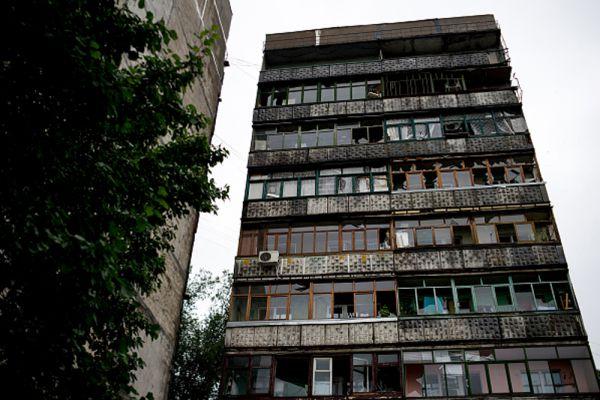 Жилой многоквартирный дом в Луганске после минометного обстрела украинскими силовиками.