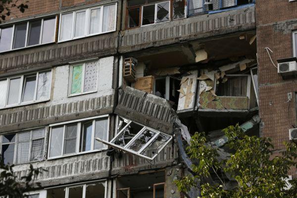 Разрушенный дом после обстрела Донецка.