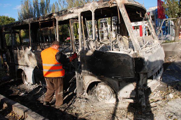 Спасатели работают на месте происшествия на остановке общественного транспорта, пострадавшей в результате артиллерийского обстрела украинскими силовиками в Донецке.