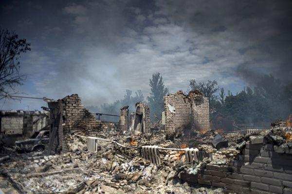 Дом, разрушенный во время авиационного удара вооруженных сил Украины по станице Луганская.