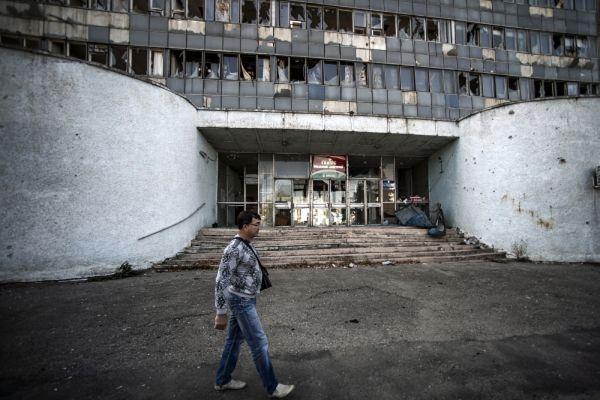 Здание в центре Луганска, поврежденное артиллерийским обстрелом.
