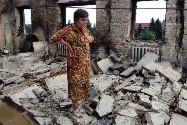 Жительница города Ясиноватая на руинах своей квартиры.