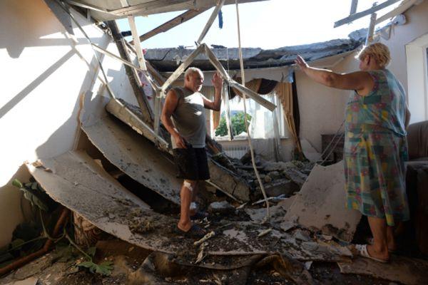 Местные жители в доме, пострадавшем во время ракетно-минометного обстрела Горловки в Донецкой области.