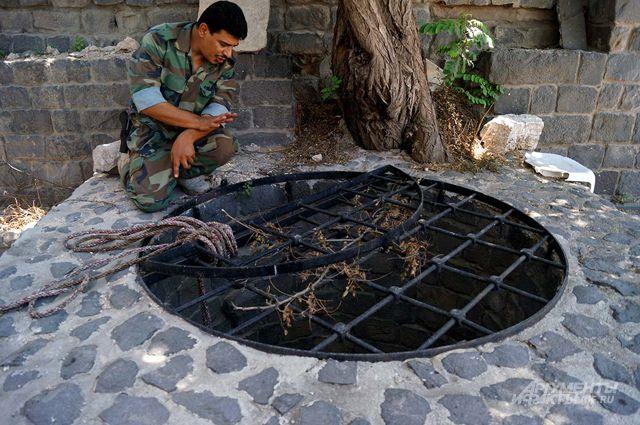 Древний колодец во дворе памятника архитектуры, превратившийся в тюрьму для жертв боевиков.