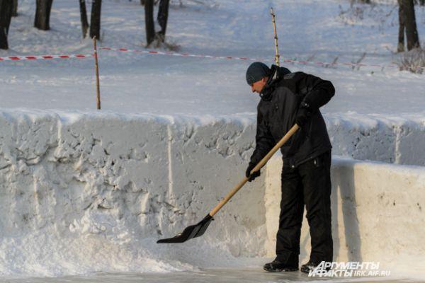 Бортики делаются из снега.