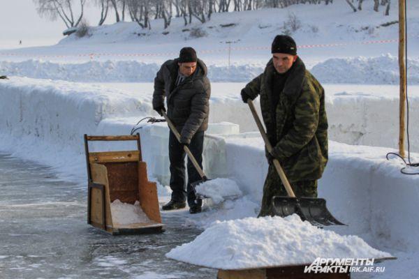 Чтобы добраться до льда, мастерам приходится помахать лопатой. Снега на водохранилище много.
