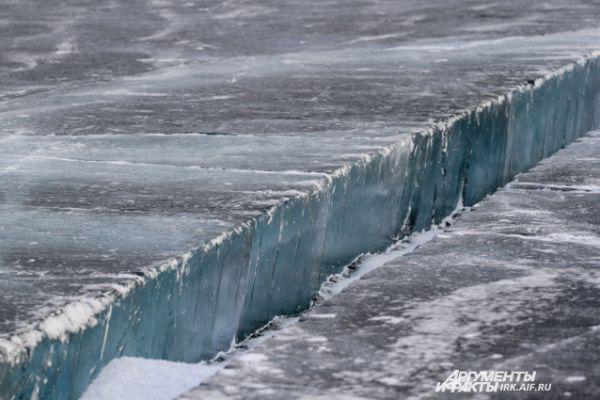 На льду уже вырезана ледяная канавка для забора воды.