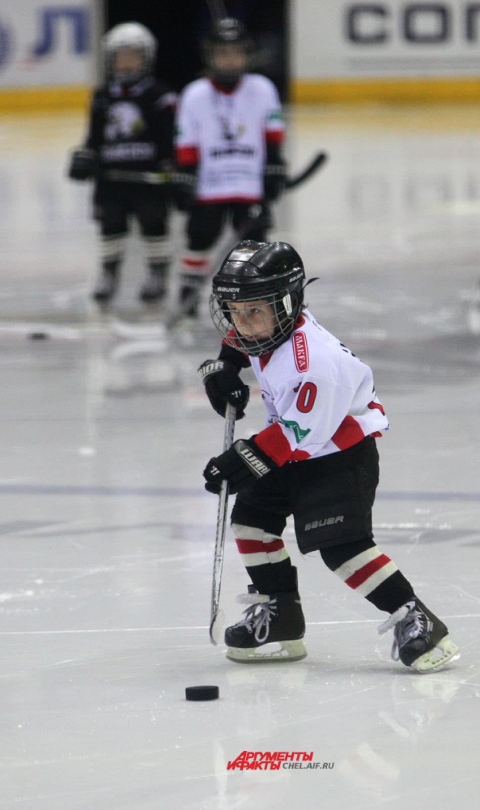 В перерыве юные хоккеисты пробивали буллиты