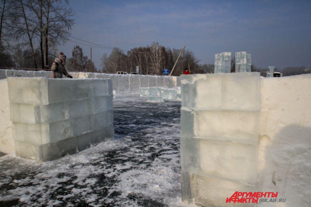 Часовни и ледяные подсвечники строят из кубов чистейшего ангарского льда.
