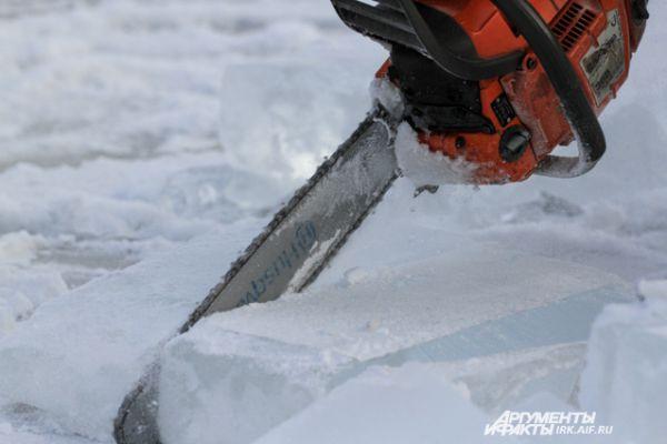 Лед режут обычными бензопилами.