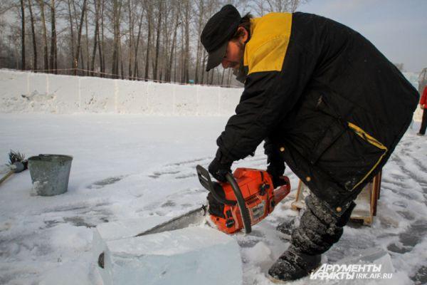 Лед режется довольно легко, даже не верится, что твердое вещество поддается бензопиле как масло.
