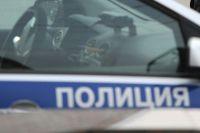 На месте происшествия работают полицейские.