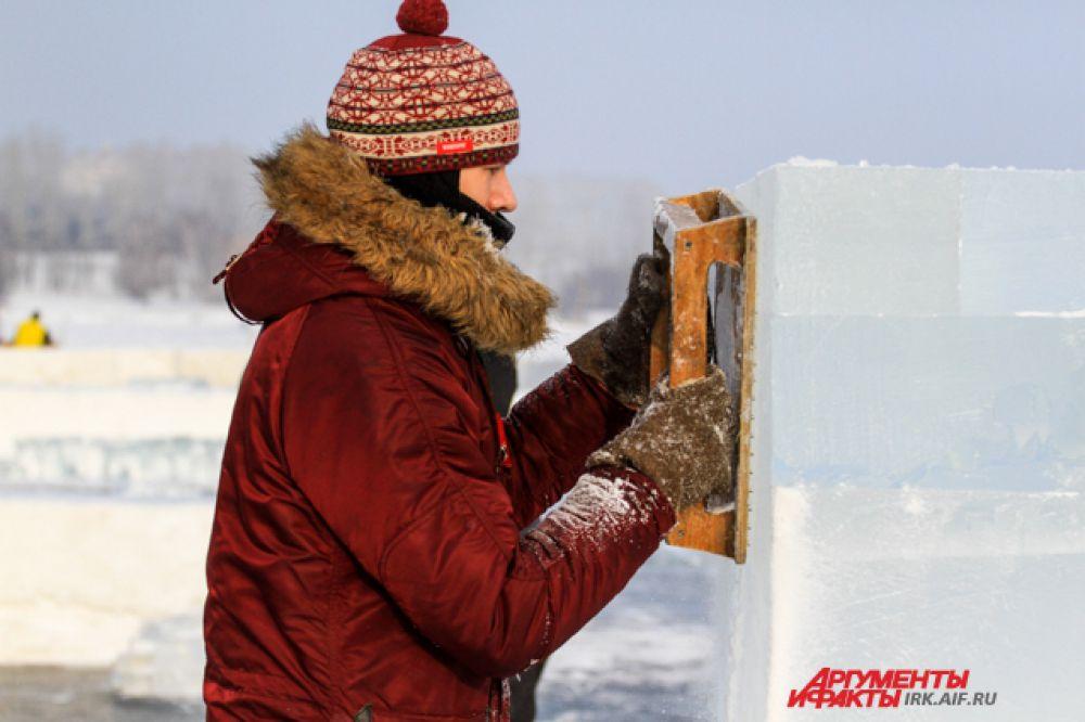Кубы льда после резки обрабатывают для гладкости.