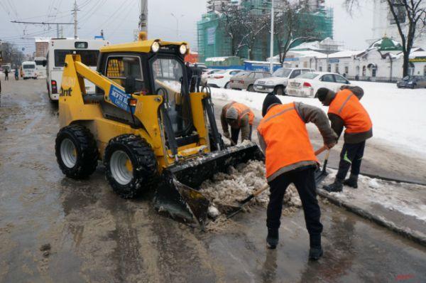 ... тысячи тонн снега коммунальщики вывозят с ростовских улиц.