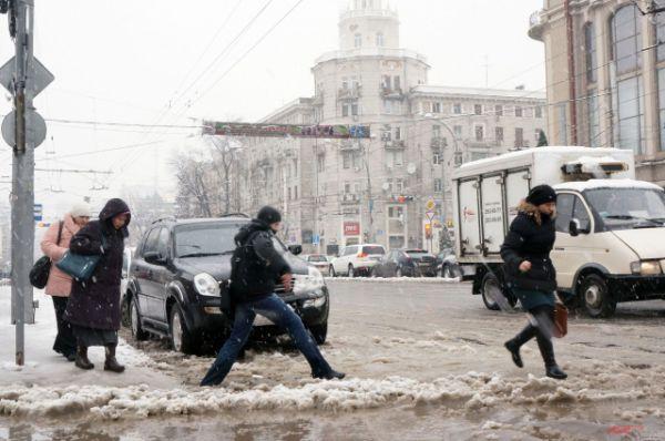 Прыжки с ледяного тротуара на дорогу - как бег с препятствиями.