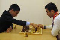 Эрик Чибухчян (слева) заработал 7 из 8 возможных очков.