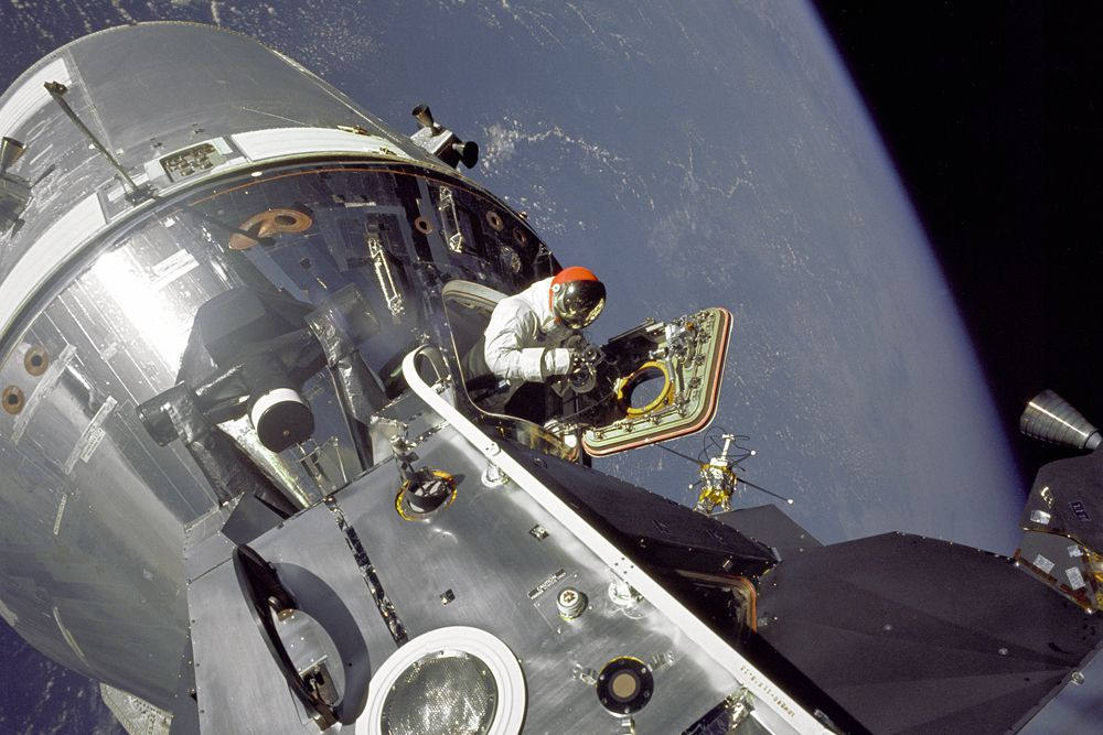 Отныне космические туристы, как настоящие космонавты, могут выходить в открытый космос, цена новой услуги — 15 миллионов долларов.