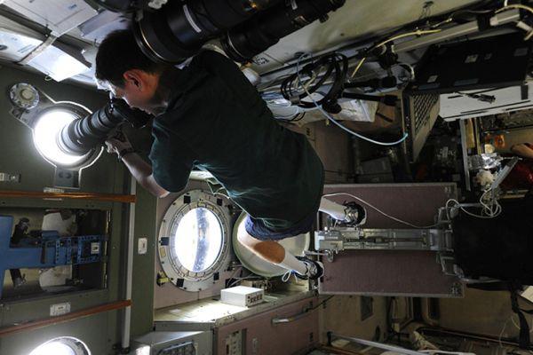 Развлекательная программа на МКС довольно скромная: фотосъемка в условиях невесомости и занятия спортом.