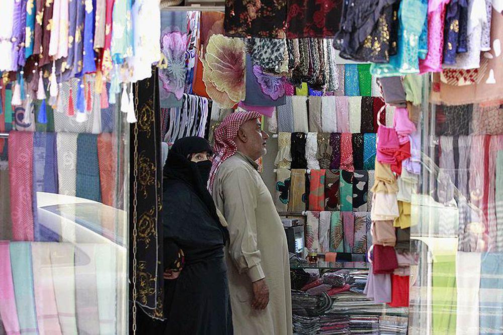 В то же время, несмотря на войну, жизнь в столице идет своим чередом. Покупатели посещают магазины, закупают ткани.