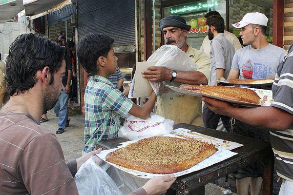 А хлеб не только стоит очень мало, в определенные дни он и вовсе раздается бесплатно.