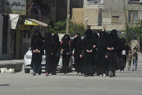 Школьницы в никабах гуляют по улицам Ракки.