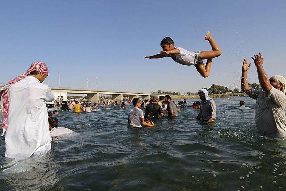 Люди веселятся, отдыхают на берегу Евфрата.