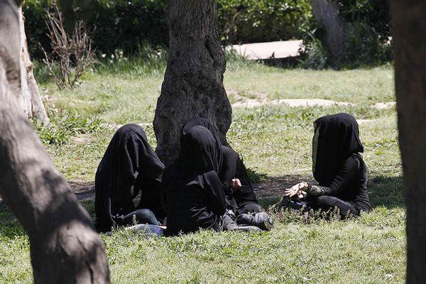 Жительницы Ракки отдыхают в парках города.