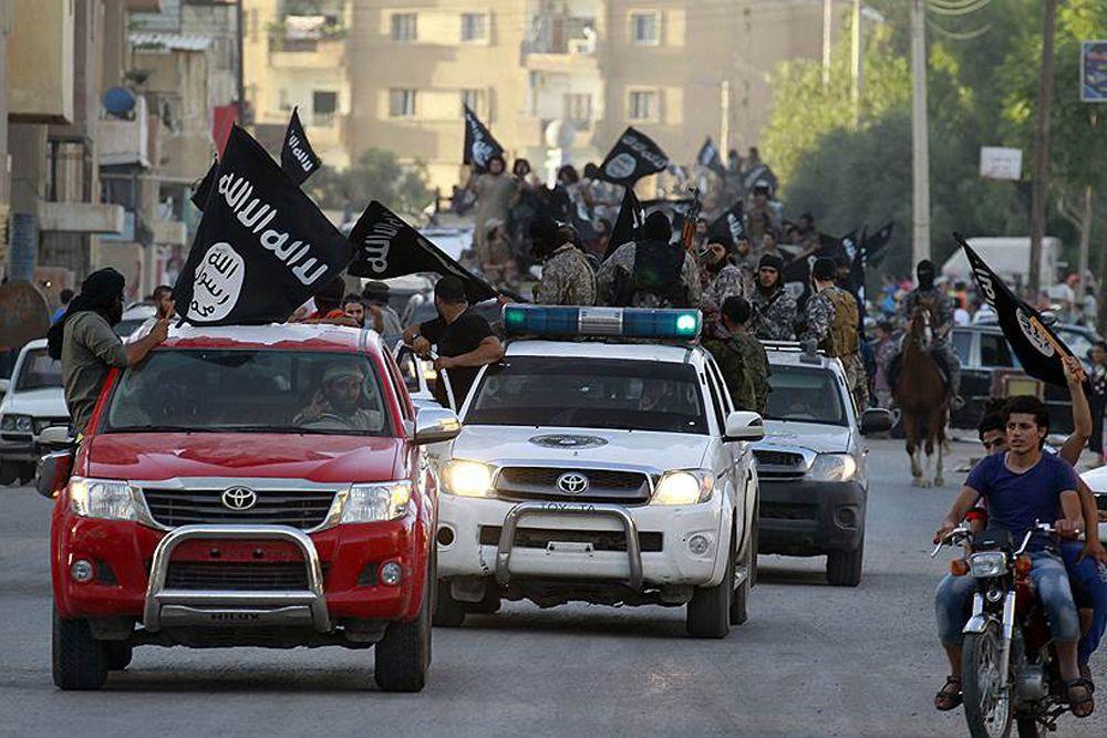 Сотни боевиков щеголяют на дорогих иномарках по городу.