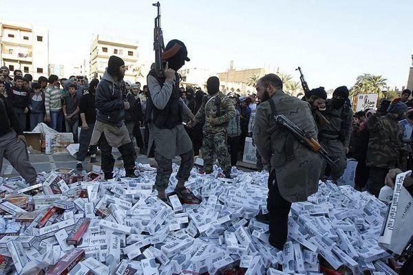 Сигареты - это зло, что в ИГ доказали, казнив одного из своих боевиков за вредную привычку.