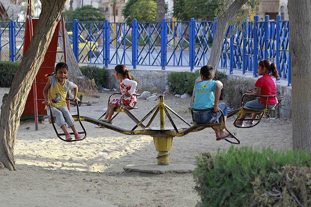 Дети веселятся на каруселях.