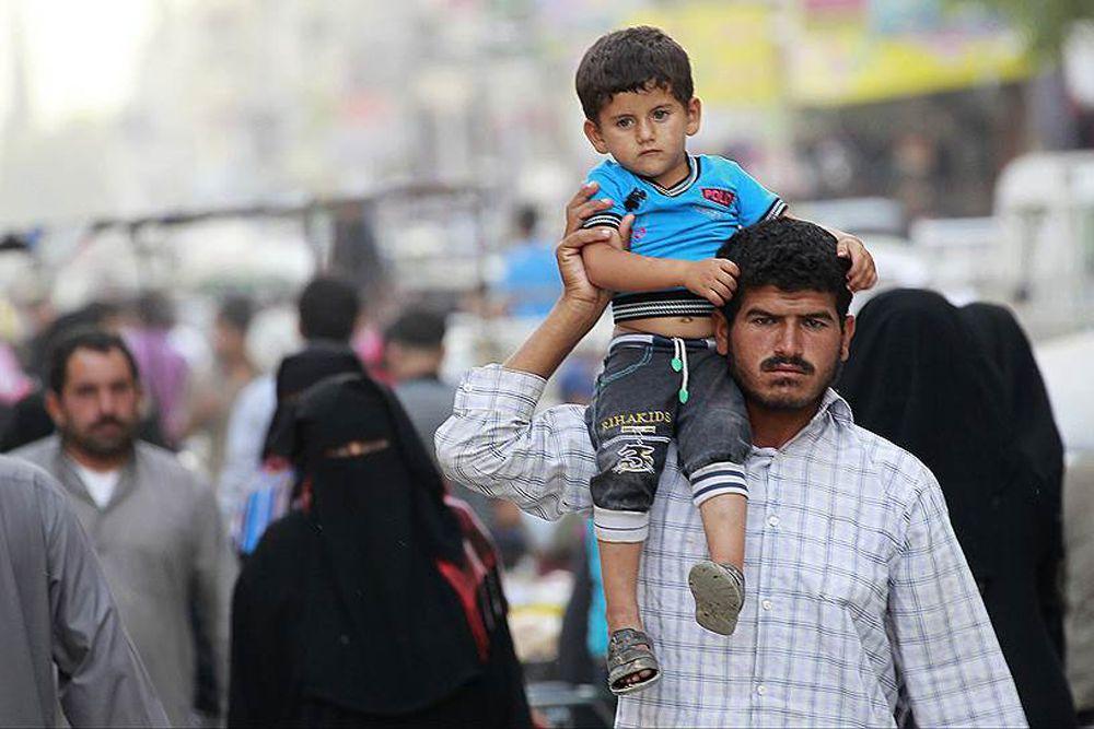 Местные жители охотно гуляют с детьми в центре Ракки.
