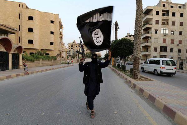Что касается боевиков ИГ, то они свободно ходят по улицам Ракки.