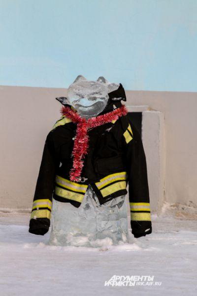 Кто-то не пожалел настоящую пожарную куртку.