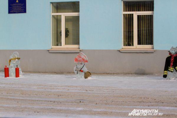 Необычные персонажи появились и у здания пожарной части на улице Байкальской.