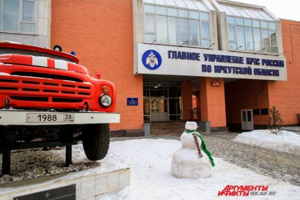 Этот снеговик несет почетный караул у пожарной машины.