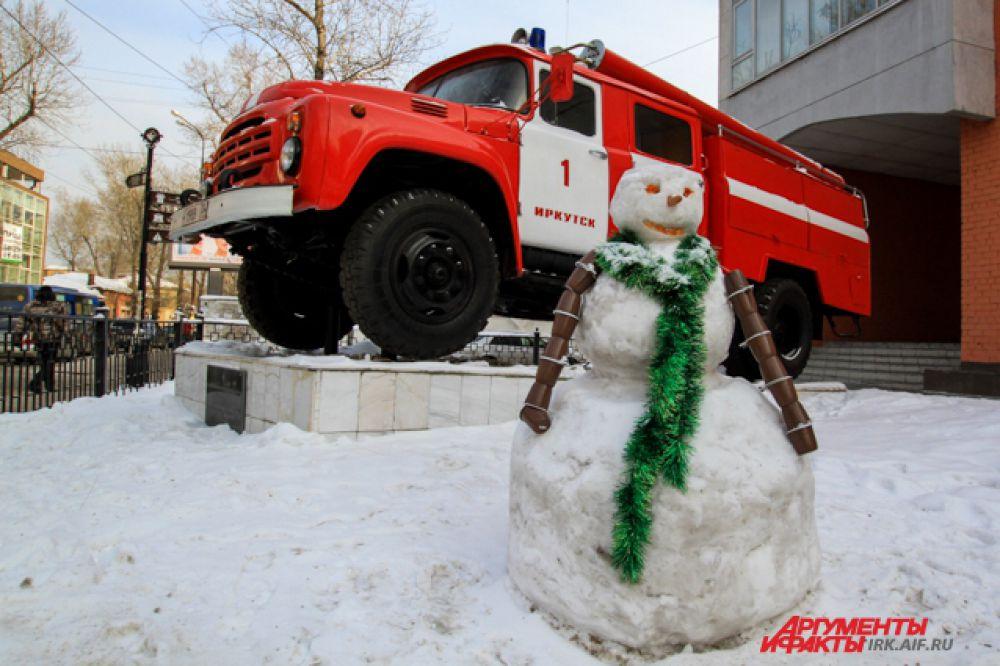 Снеговиков слепили прямо во дворе пожарной части на ул. Дзержинского.
