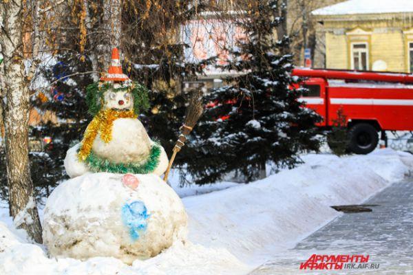 Благодаря тому, что часть находится в центральной части Иркутска, снежными людьми могут полюбоваться многие иркутяне.