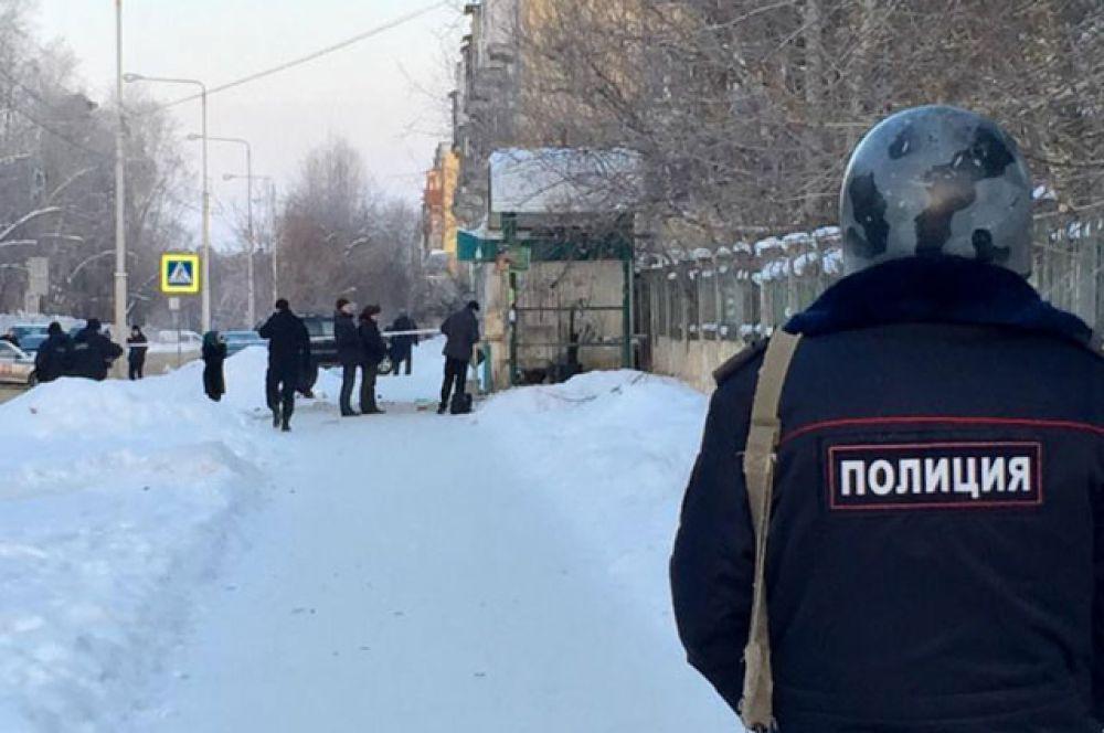 Оперативники работали на месте происшествия весь день.