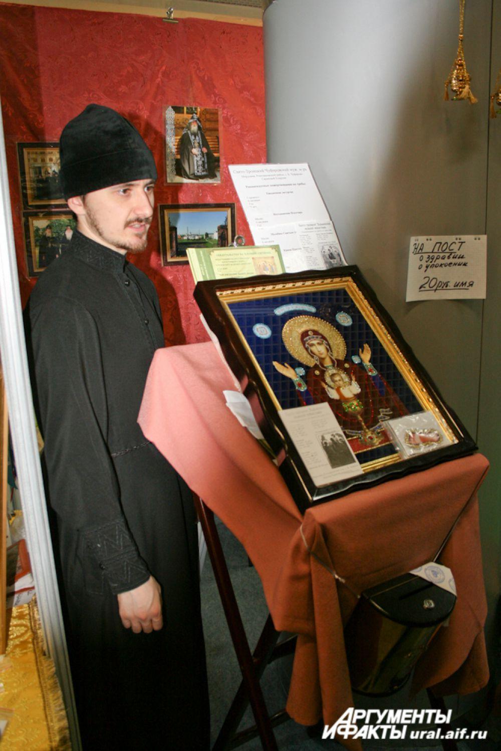 Икона «Неупиваемая чаша» «сложена» из бисера иноком Свято-Троицкого Чуфаровского монастыря (Мордовия).