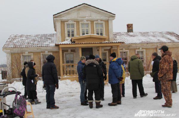 Сцена происходит в имении помещика Листницкого, куда Григорий с Аксиньей уходят из Татарского.