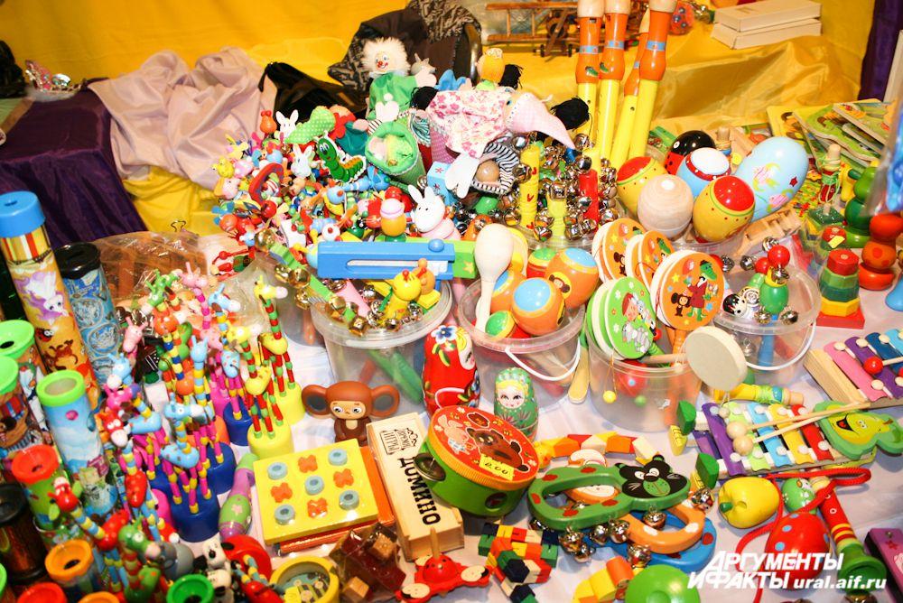 Теплые, добрые, деревянные игрушки словно прибыли к нам из прошлого.