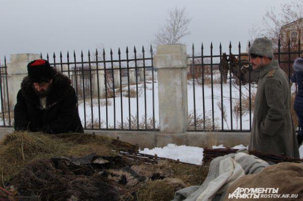 На съёмочной площадке снимают эпизод: Пантелей Прокофьевич (актёр Маковецкий) приезжает к своему сыну Григорию (Евгений Ткачук).