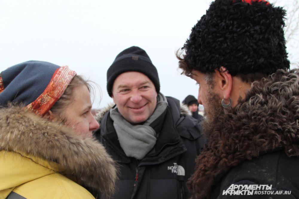 Режиссёр Сергей Урсуляк считает, что съёмки проходят нервно. Серьга в ухе у Маковецкого - настоящего казака, украшение своего деда, ему на время съёмок дал один местный житель.