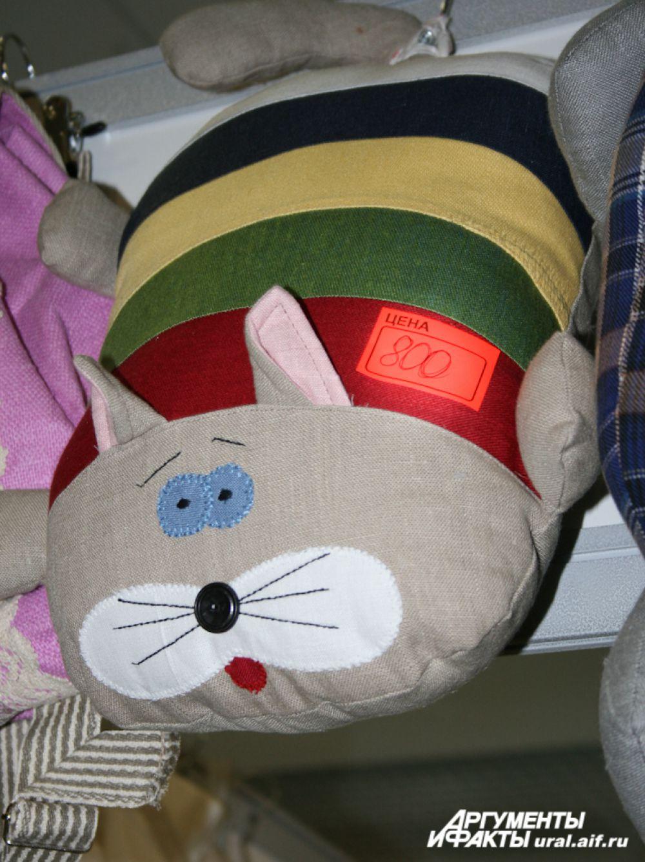 Вполне себе светский кот радует ребятишек, пришедших на выставку с родителями.