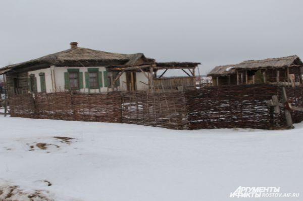 Съёмочная площадка - это стилизованная настоящая казачья деревня 1920-1930-х годов.