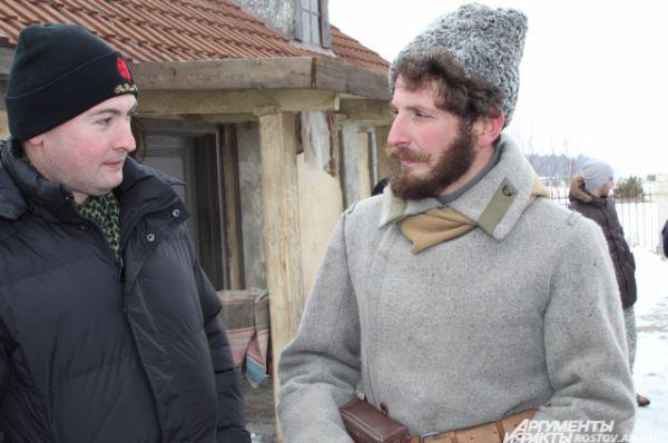 Одежда героев полностью стилизована под время гражданской войны и первых лет советской власти на Дону.