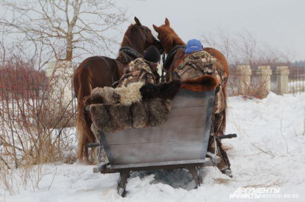 За каждой лошадью закреплён инструктор, который помогает героям «Тихого Дон».